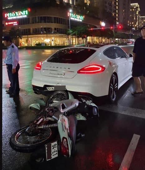 Thanh niên đi Wave 'xanh mặt' sau cú đâm vào đuôi chiếc Porsche Panamera tại Sài Gòn - Ảnh 1.