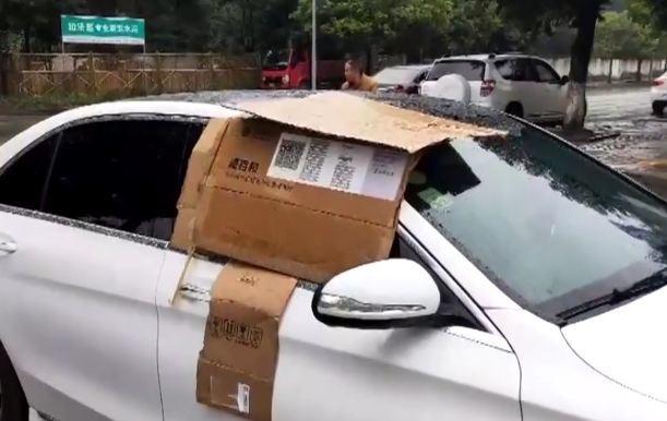 Trời mưa, chủ xe Mercedes-Benz quên đóng cửa và hành động ấm áp của người đi đường - Ảnh 1.