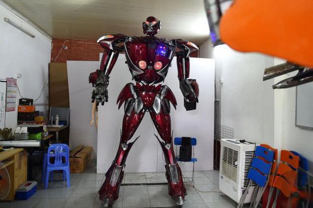 Fan Việt chế tạo robot như Transformers: Nói được tiếng Việt, làm từ phế liệu xe máy Honda và SYM - Ảnh 1.