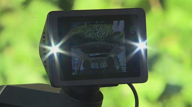 Đột nhập vào xe MINI Cooper, tên trộm bị ghi lại hình ảnh khiến dân tình không nhịn được cười - Ảnh 1.