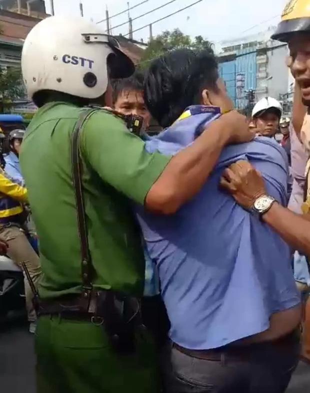 Va chạm giao thông, tài xế xe buýt dùng hung khí đâm bị thương tài xế GrabBike ở Sài Gòn - Ảnh 1.