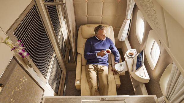 Choáng với vé máy bay ghế hạng nhất giá 600 triệu: Xa xỉ, tiện nghi như khách sạn thu nhỏ, khách còn được tắm nước nóng trong 5 phút  - Ảnh 3.