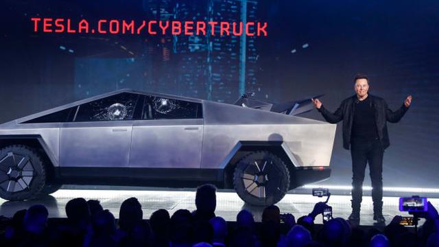 """Elon Musk giận tím người"""" trong ngày ra mắt Cybertruck: Vừa khoe kính xe có khả năng chống đạn và lực đã bị trưởng nhóm thiết kế làm vỡ ngay trên sân khấu - Ảnh 2."""