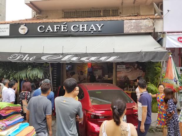 Ô tô lao vào quán cà phê Chạy ở Sài Gòn, nhiều khách tháo chạy tán loạn - Ảnh 1.