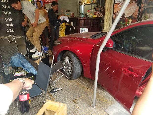 Ô tô lao vào quán cà phê Chạy ở Sài Gòn, nhiều khách tháo chạy tán loạn - Ảnh 2.