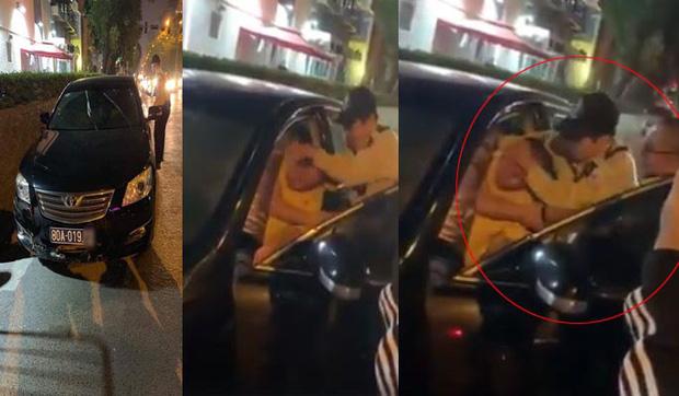 Hà Nội: Xe Camry biển xanh 80A gây tai nạn rồi bỏ chạy, tài xế cố thủ trong xe - Ảnh 1.