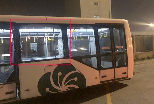 Xe buýt bị đâm trong sân bay Tân Sơn Nhất, nhiều hành khách bị thương - Ảnh 1.