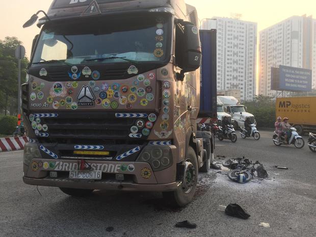 Xe máy cháy trơ khung sau va chạm với container, người đàn ông nguy kịch mắc kẹt dưới bánh xe ở Sài Gòn - Ảnh 1.