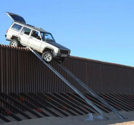 Chuyện lạ có thật: Dùng thanh dầm để lái xe vượt biên giới nhưng cái kết treo leo mới đáng chú ý - Ảnh 3.