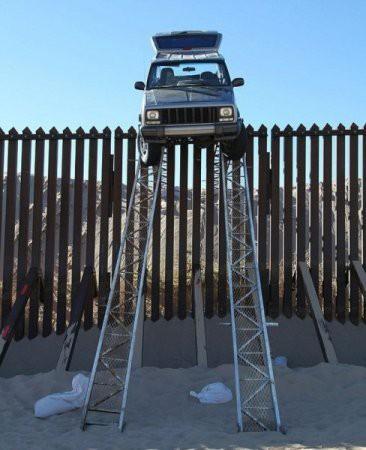 Chuyện lạ có thật: Dùng thanh dầm để lái xe vượt biên giới nhưng cái kết treo leo mới đáng chú ý - Ảnh 2.