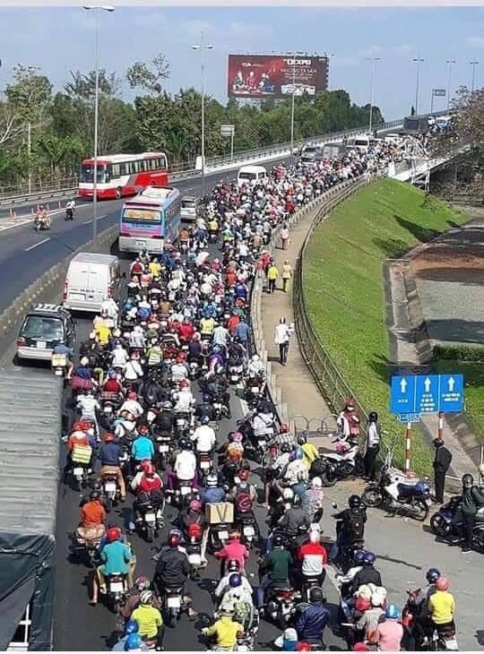 Khoảnh khắc được chia sẻ nhiều nhất trên MXH: Hàng trăm phương tiện ùn ùn quay trở về Tp. Hồ Chí Minh - Ảnh 5.