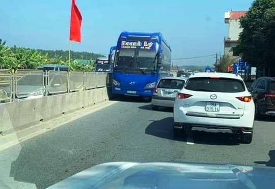 Truy tìm tài xế xe khách Thanh Hóa chạy ngược chiều trên quốc lộ 1A - Ảnh 1.