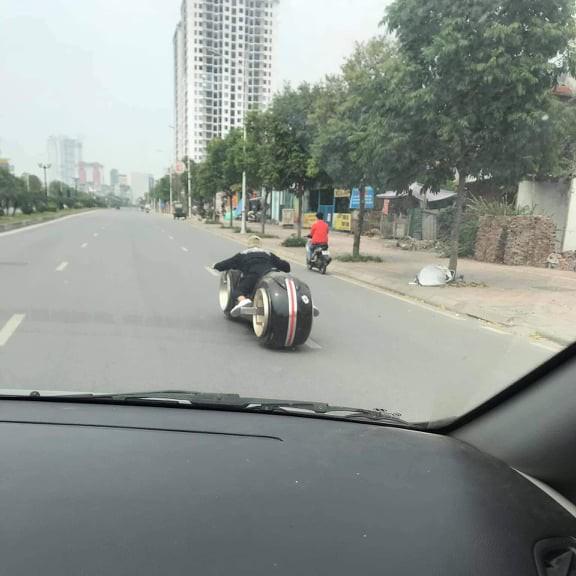 Biker đình đám Hà thành sắm siêu mô tô viễn tưởng Tron Light Cycle đầu tiên Việt Nam - Ảnh 1.