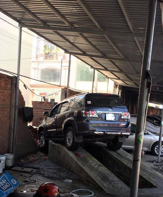 Tai nạn hy hữu gây xôn xao: Nhân viên rửa xe Fortuner đạp nhầm chân ga, đâm sập tường gara - Ảnh 3.