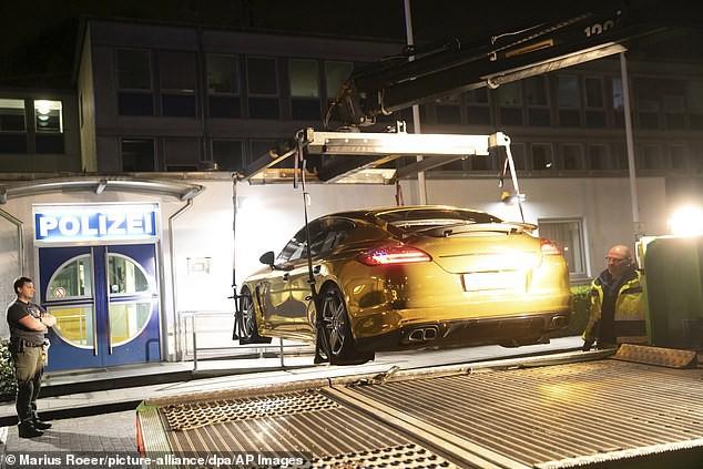 Porsche Panamera vàng chói loá như xe Phúc XO đi thuê bị cảnh sát tạm giữ vì lý do không ngờ - Ảnh 2.
