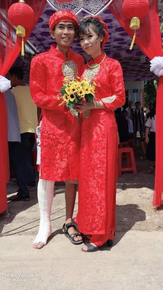Hình ảnh chú rể bó bột chân, được cô dâu rước bằng xe máy khiến nhiều người vừa thương lại không nhịn được cười - Ảnh 2.