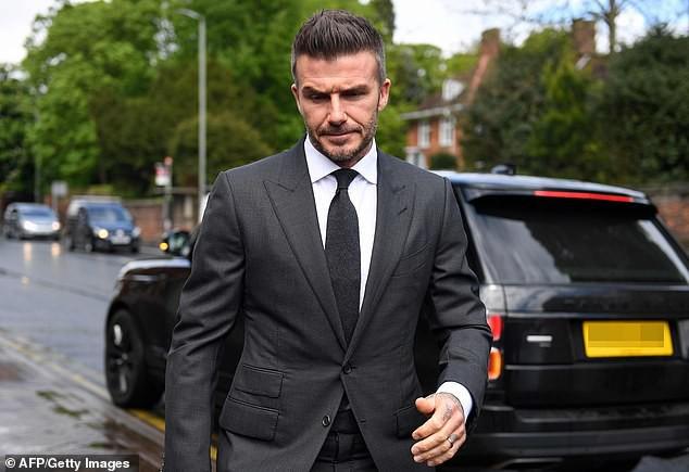 David Beckham bị tước bằng lái 6 tháng vì sử dụng điện thoại khi đang lái xe, rời tòa trên Range Rover - Ảnh 1.