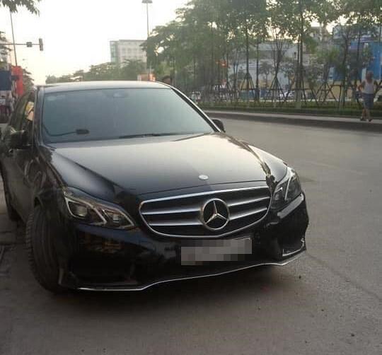 Bỏ xe Mercedes-Benz lên vỉa hè nằm ngủ vật vã cả đêm, người đàn ông khiến ai cũng phải ngoái nhìn - Ảnh 2.