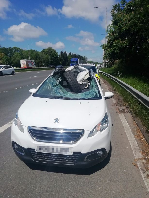 Tai nạn khó ngờ trên cao tốc: Xe container bất ngờ rụng bánh, tài xế Peugeot phía sau thoát chết thần kỳ - Ảnh 2.
