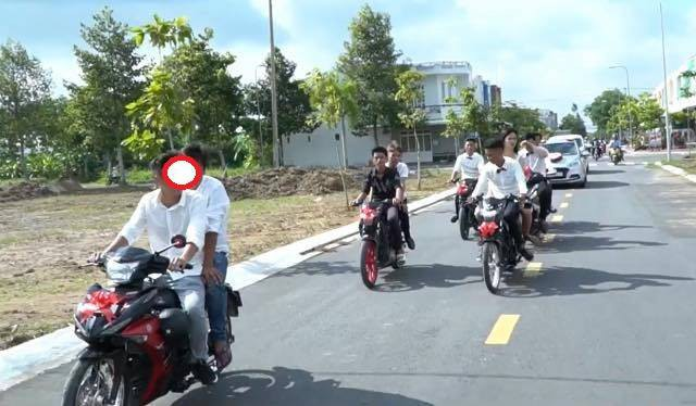 Nhóm thanh niên chạy xe máy đi đón dâu, bốc đầu và màn đo ván đầy ê chề giữa đường - Ảnh 1.