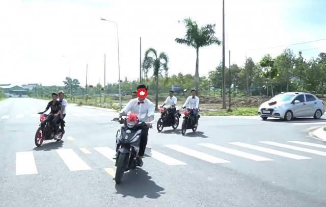 Nhóm thanh niên chạy xe máy đi đón dâu, bốc đầu và màn đo ván đầy ê chề giữa đường - Ảnh 2.