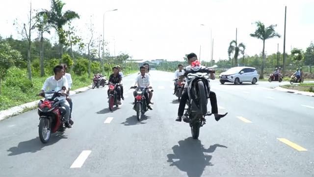 Nhóm thanh niên chạy xe máy đi đón dâu, bốc đầu và màn đo ván đầy ê chề giữa đường - Ảnh 3.