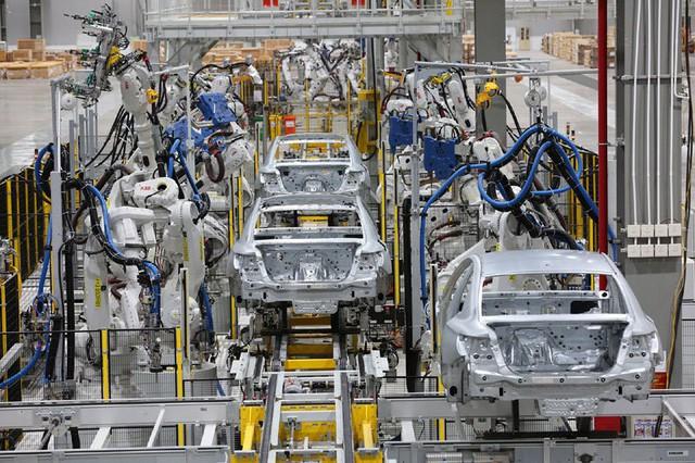 Nhà máy 3 tỷ USD lơ thơ mấy người: Hàng ngàn robot lắp ráp ô tô tự động  - Ảnh 1.