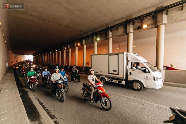 Người dân gặp khó khăn thế nào khi lưu thông qua hầm Kim Liên: Đường dốc và trơn, chạy vào là tay lái chao đảo - Ảnh 13.