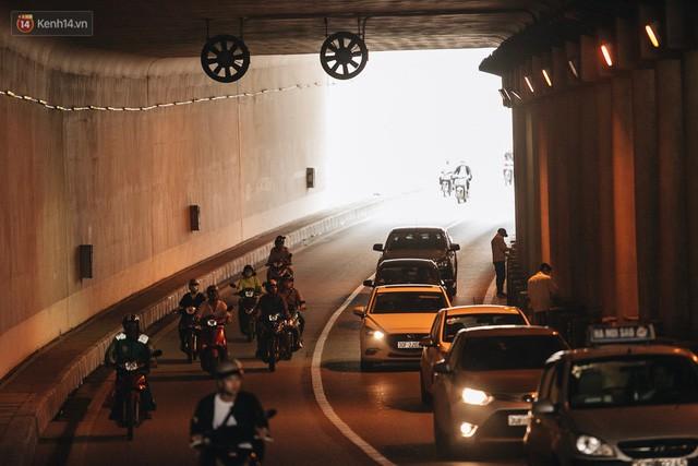 Người dân gặp khó khăn thế nào khi lưu thông qua hầm Kim Liên: Đường dốc và trơn, chạy vào là tay lái chao đảo - Ảnh 14.