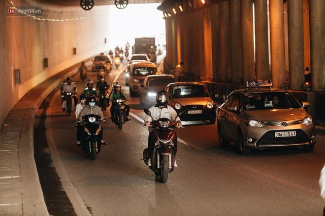 Người dân gặp khó khăn thế nào khi lưu thông qua hầm Kim Liên: Đường dốc và trơn, chạy vào là tay lái chao đảo - Ảnh 15.