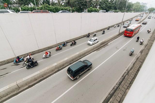 Người dân gặp khó khăn thế nào khi lưu thông qua hầm Kim Liên: Đường dốc và trơn, chạy vào là tay lái chao đảo - Ảnh 11.