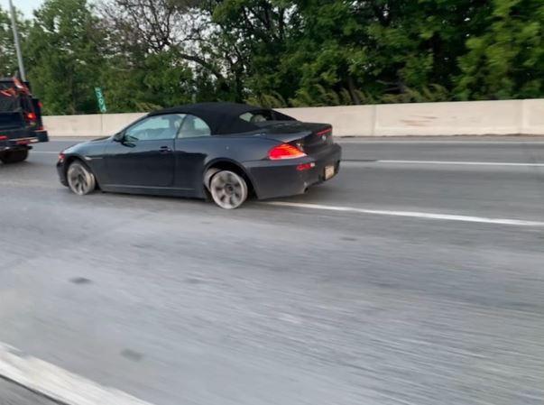 Tài xế BMW lái xe bằng mâm trên cao tốc suốt 10 phút, đấm nhau với cảnh sát khi bị ép dừng xe - Ảnh 1.