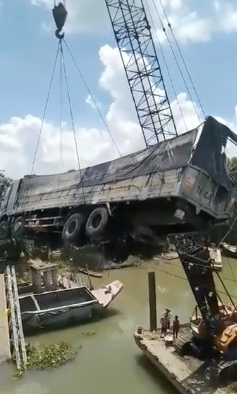Cần cẩu bị gãy đôi, đổ sập khi đang trục vớt xe tải bị rơi xuống sông trong vụ sập cầu ở Đồng Tháp - Ảnh 2.
