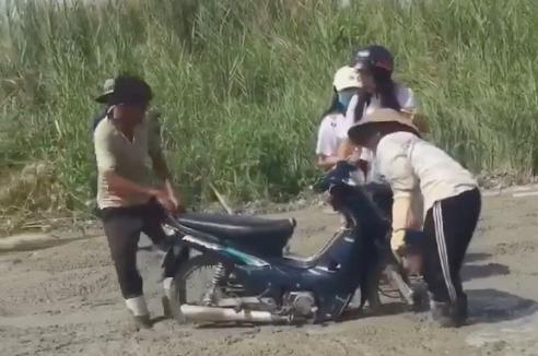 2 cô gái đi xe máy lao thẳng vào đường đang đổ bê tông, các bác công nhân hết sức giúp đỡ mới thoát được ra ngoài - Ảnh 2.