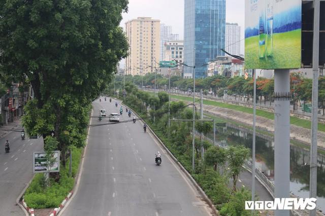 Ảnh: Đường Láng thay đổi bất ngờ, dân Thủ đô cứ ngỡ đang lạc vào đường phố Singapore - Ảnh 2.