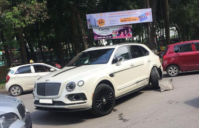 Bentley Bentayga độ Mansory độc nhất Việt Nam gãy bánh sau pha va chạm với taxi - Ảnh 1.