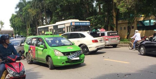 Bentley Bentayga độ Mansory độc nhất Việt Nam gãy bánh sau pha va chạm với taxi - Ảnh 2.