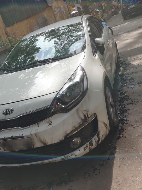 Đỗ xe chặn hết nửa con ngõ, Kia Rio bị đốt không thương tiếc tại Hà Nội - Ảnh 2.