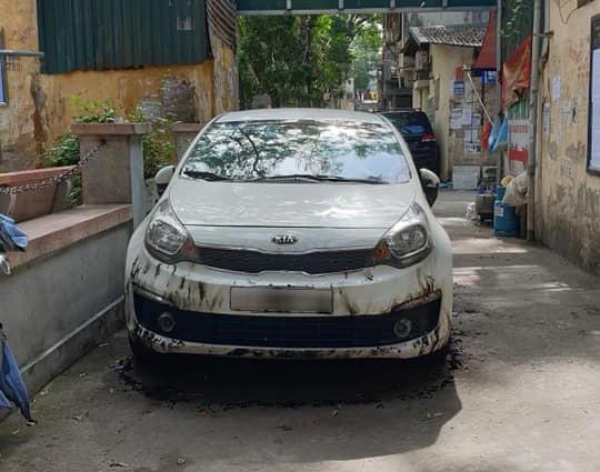 Đỗ xe chặn hết nửa con ngõ, Kia Rio bị đốt không thương tiếc tại Hà Nội - Ảnh 1.