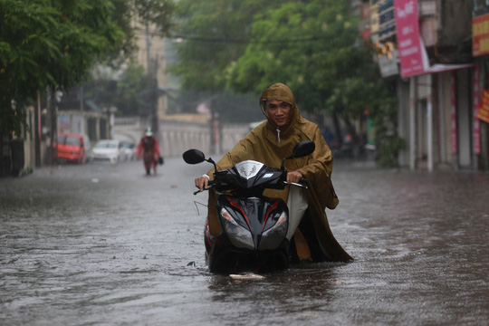 Người Hà Nội bì bõm trong cơn mưa lớn, nhiều tuyến phố ngập nặng  - Ảnh 2.