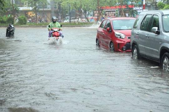 Người Hà Nội bì bõm trong cơn mưa lớn, nhiều tuyến phố ngập nặng  - Ảnh 11.