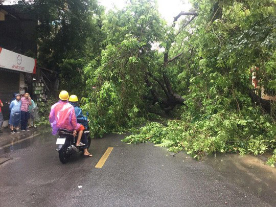 Người Hà Nội bì bõm trong cơn mưa lớn, nhiều tuyến phố ngập nặng  - Ảnh 12.