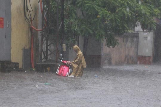 Người Hà Nội bì bõm trong cơn mưa lớn, nhiều tuyến phố ngập nặng  - Ảnh 6.