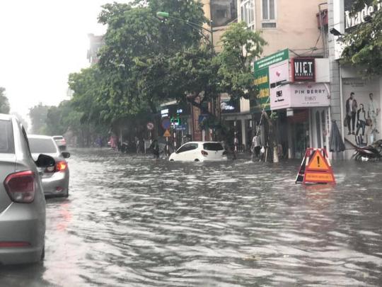 Người Hà Nội bì bõm trong cơn mưa lớn, nhiều tuyến phố ngập nặng  - Ảnh 7.