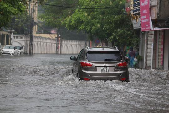 Người Hà Nội bì bõm trong cơn mưa lớn, nhiều tuyến phố ngập nặng  - Ảnh 8.