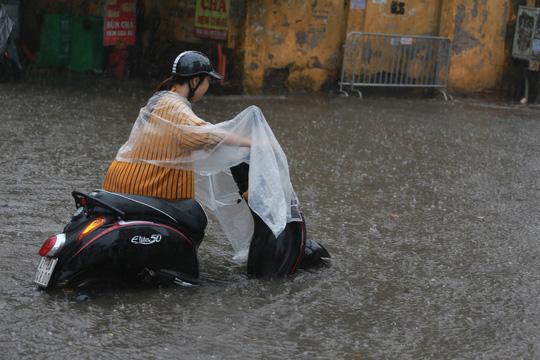 Người Hà Nội bì bõm trong cơn mưa lớn, nhiều tuyến phố ngập nặng  - Ảnh 9.