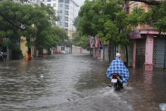 Người Hà Nội bì bõm trong cơn mưa lớn, nhiều tuyến phố ngập nặng  - Ảnh 10.