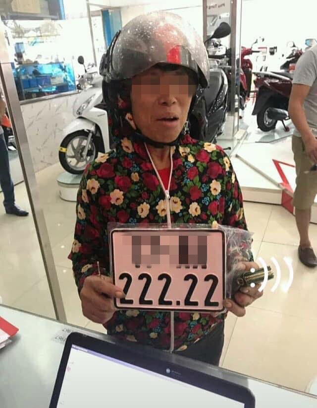 Bốc trúng biển số 'ngũ quý' cho chiếc xe Dream mới mua, người phụ nữ khiến dân mạng xuýt xoa - Ảnh 2.