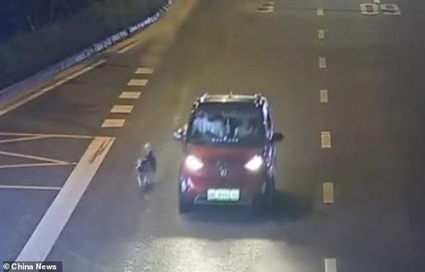 Chỉ vì ô tô hết chỗ, nữ tài xế kéo chú chó chạy theo xe suốt quãng đường dài khiến MXH phẫn nộ - Ảnh 1.
