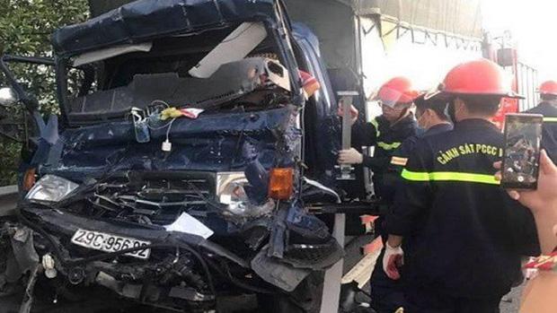 Xe tải tông đuôi xe container, tài xế tử vong trên cabin - Ảnh 1.